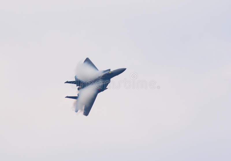 Combatiente de jet F-15 con las nubes de la condensación fotografía de archivo libre de regalías