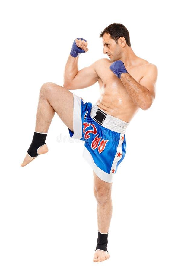 Combatiente de Kickbox que ejecuta un retroceso foto de archivo libre de regalías
