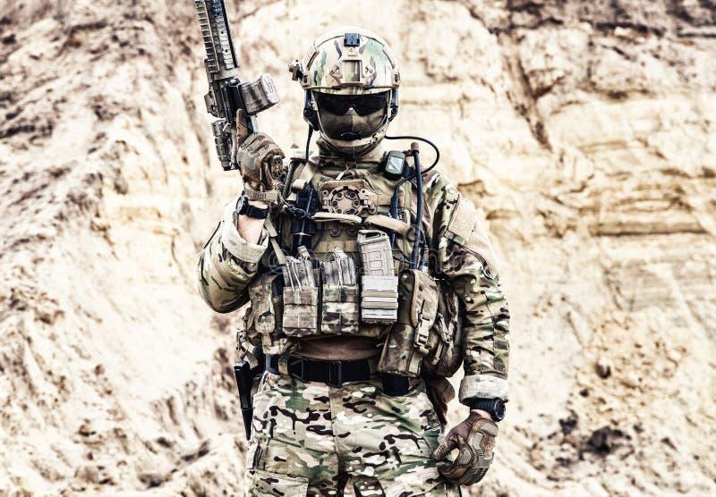 Combatiente de la élite de las fuerzas especiales listas para la batalla foto de archivo