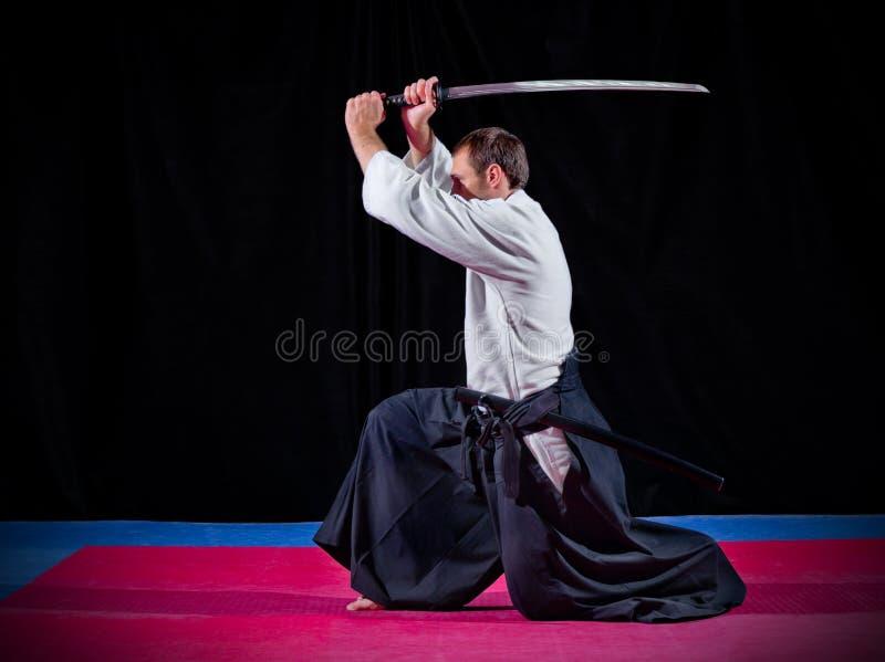 Combatiente de los artes marciales con katana fotografía de archivo