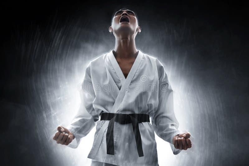 Combatiente de los artes marciales enojado y grito imagen de archivo