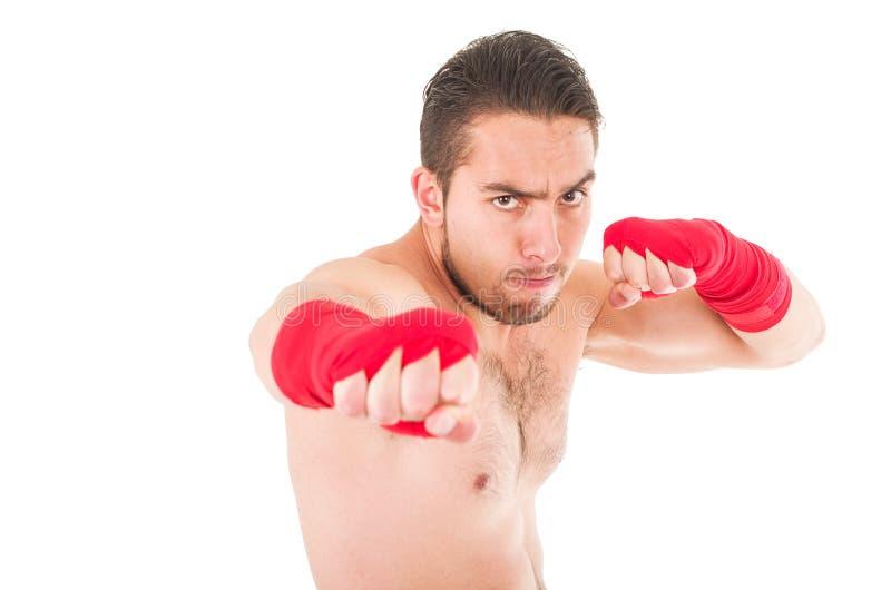 Combatiente de los artes marciales que lleva pantalones cortos rojos y fotografía de archivo libre de regalías