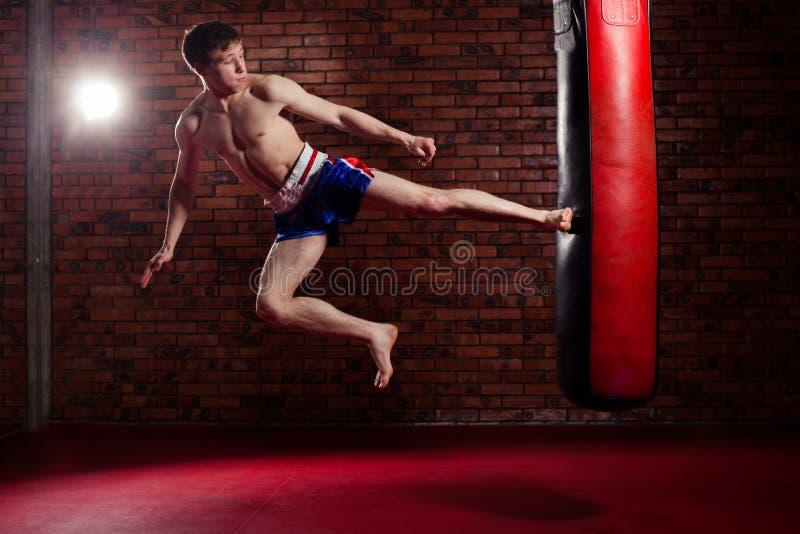 Combatiente hermoso muscular que da un fuerte imagen de archivo