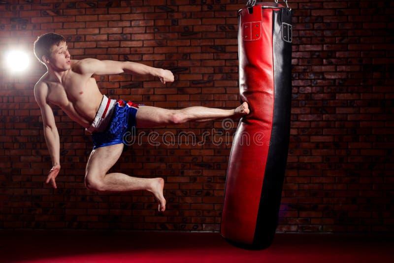 Combatiente hermoso muscular que da un fuerte imágenes de archivo libres de regalías