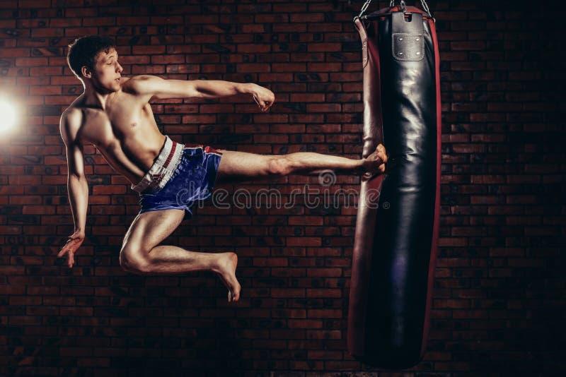 Combatiente hermoso muscular que da un fuerte foto de archivo