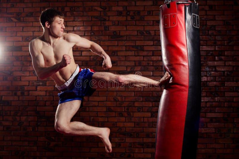 Combatiente hermoso muscular que da un fuerte fotos de archivo libres de regalías