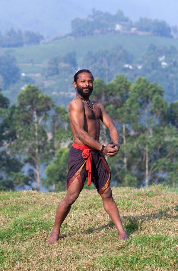 Combatiente indio que se coloca en hierba verde fotografía de archivo