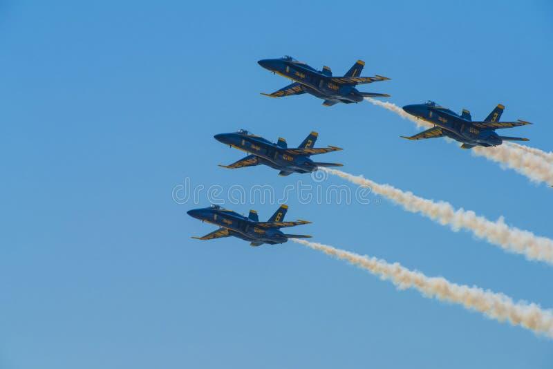 Combatiente Jet Performing Aerial Stunts de la marina de guerra de los ángeles azules imagenes de archivo