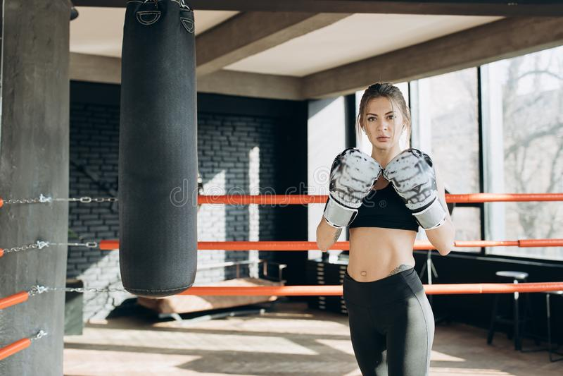Combatiente kickboxing de la mujer del retrato que mira confiado la deportista feroz del kickboxer femenino duro de la cámara que fotos de archivo