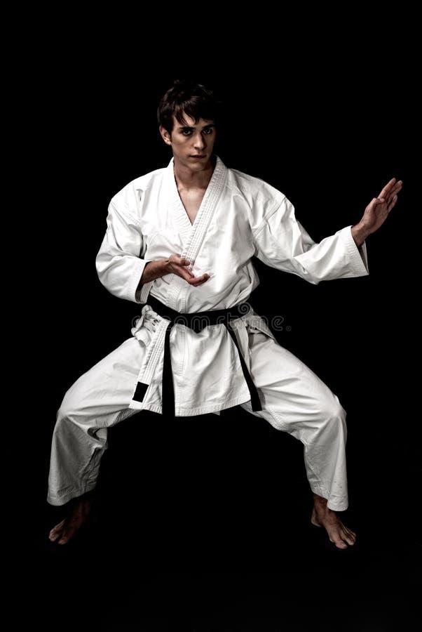 Combatiente masculino joven del karate del alto contraste en negro imágenes de archivo libres de regalías