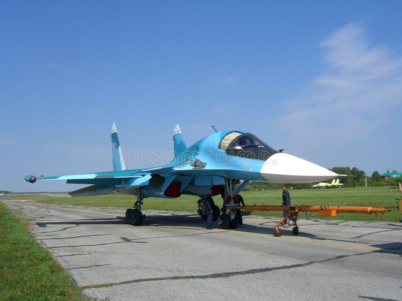 Combatiente militar ruso potente en la pista del campo de aviación imagen de archivo