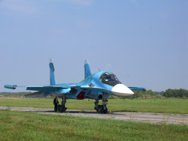 Combatiente militar ruso potente en la pista del campo de aviación foto de archivo libre de regalías