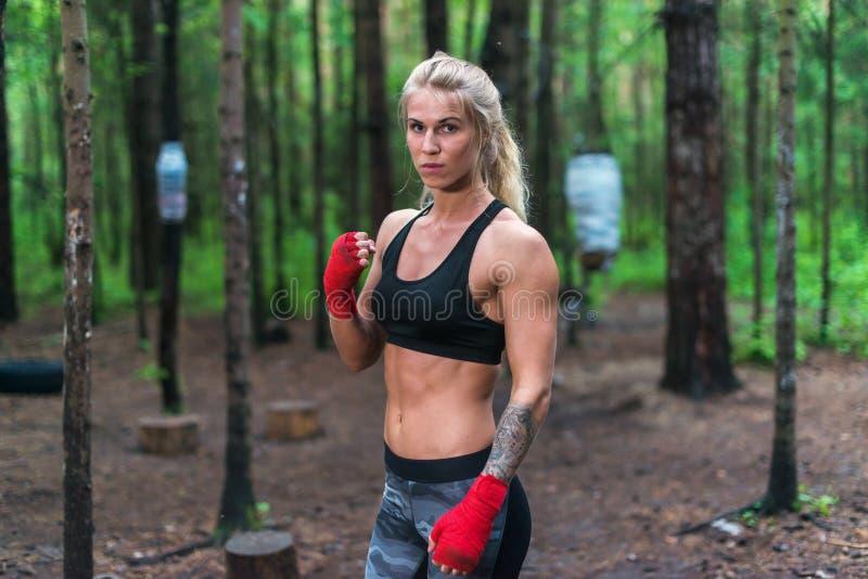 Combatiente profesional del boxeador de la mujer que presenta en la postura del boxeo, resolviéndose al aire libre fotos de archivo libres de regalías