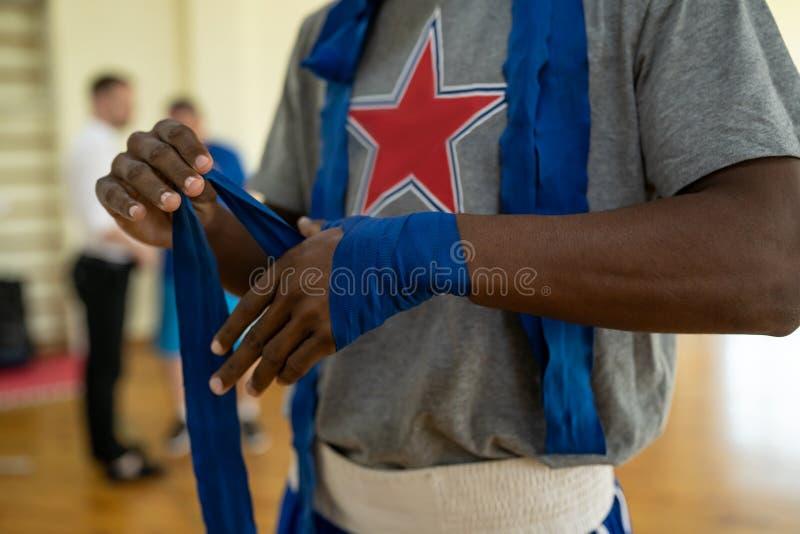 Combatiente que envuelve sus manos fotos de archivo