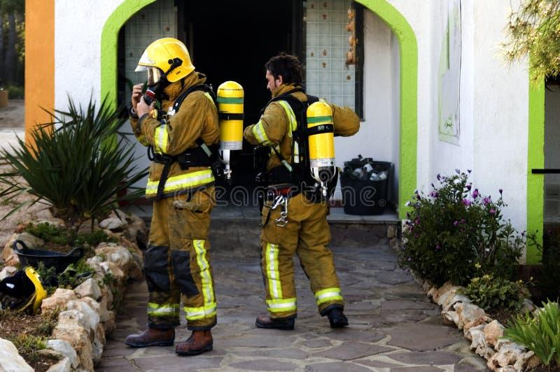 Combatientes de fuego fuera del edificio fotografía de archivo libre de regalías