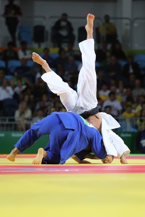 Combatientes de Judoka durante lucha en competencias del judo foto de archivo libre de regalías