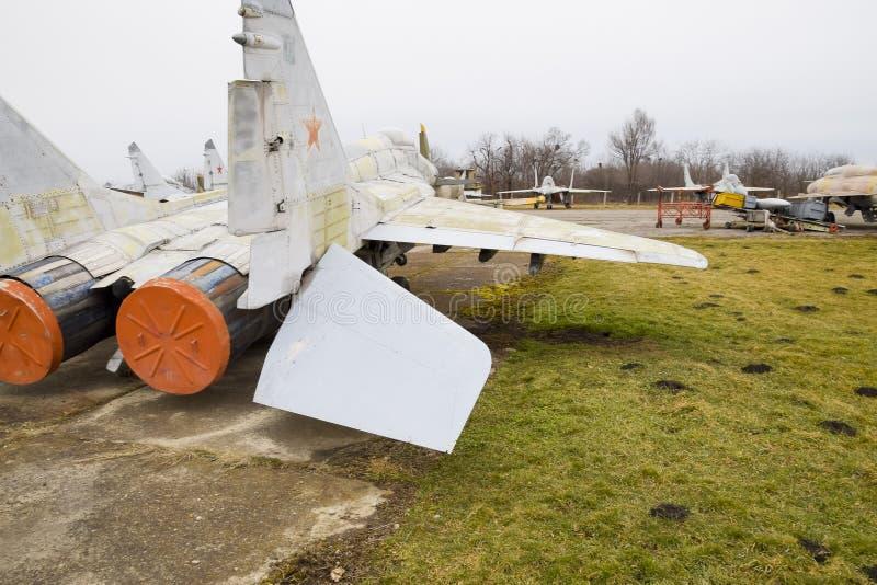 Combatientes de los aviones militares en el aeropuerto Aviones desarmados viejos Campo de aviación de Krasnodar foto de archivo