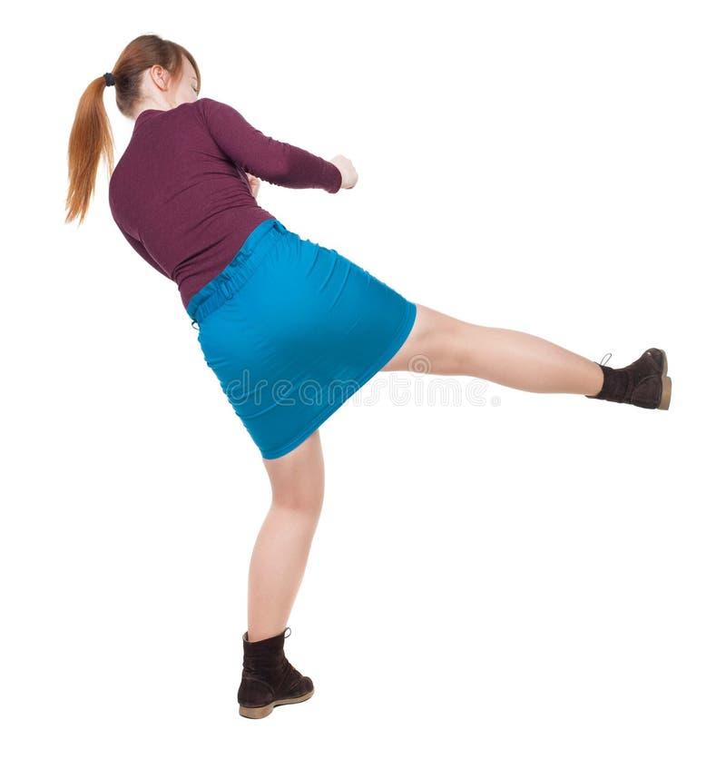 Combats drôles de femme maigre ondulant ses bras et jambes photos stock
