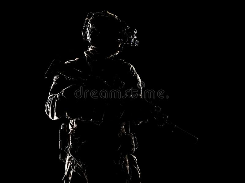 Combattant de forces spéciales dans la pousse de studio d'obscurité image libre de droits