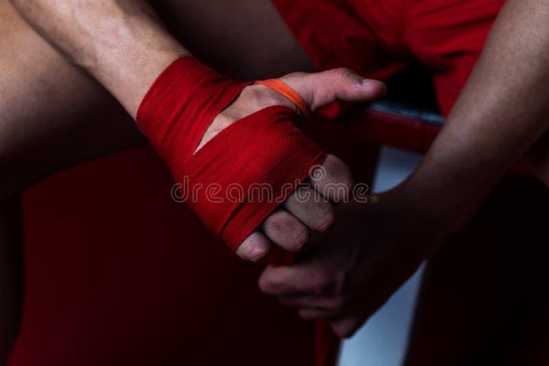Combattant final mettant des courroies sur ses mains photo stock