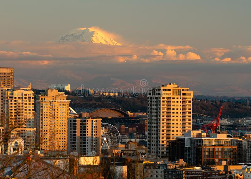 Combattant Jet Flies Over Seattle dans le bâti Rainier Sunset de distance photo stock
