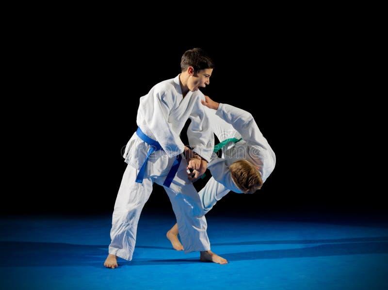 Combattants d'arts martiaux de garçons photographie stock