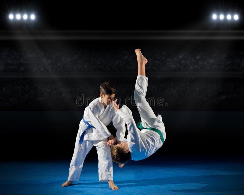 Combattants d'arts martiaux de garçons dans la salle de gymnastique photographie stock libre de droits