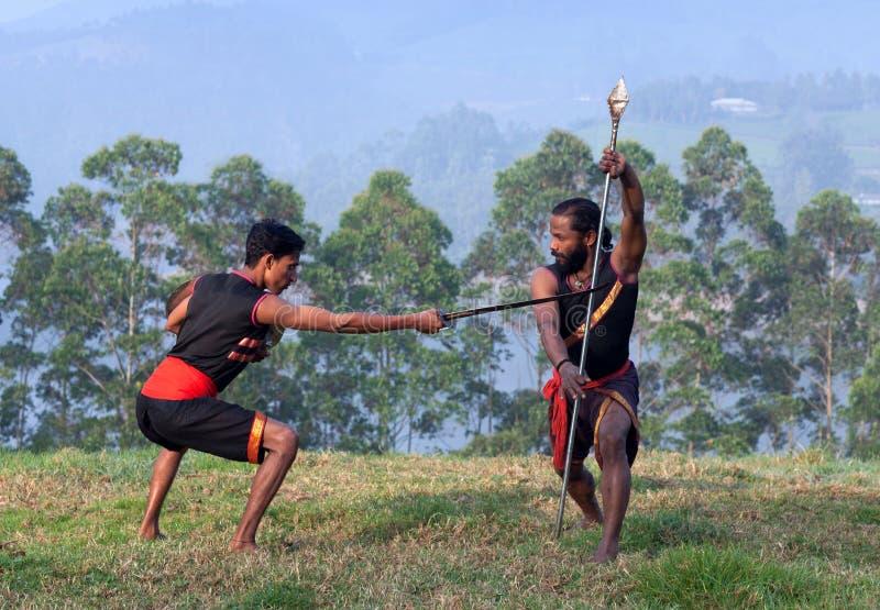Combattants indiens exécutant le demonstrati matrimonial d'art de Kalaripayattu photos libres de droits