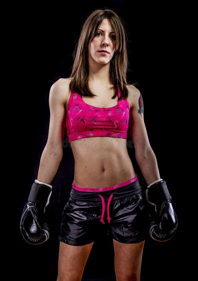 Combattendo, forte atleta della donna con i guantoni da pugile fotografie stock