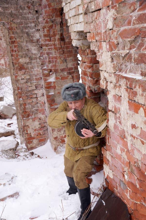 Combattente dell'Armata Rossa con la mitragliatrice in rovine di Stalingrad fotografie stock