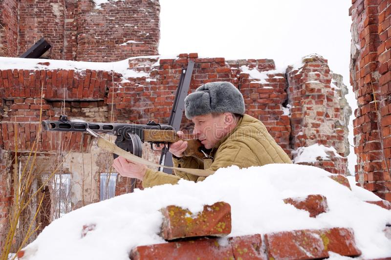 Combattente dell'Armata Rossa con la mitragliatrice in rovine di Stalingrad immagini stock