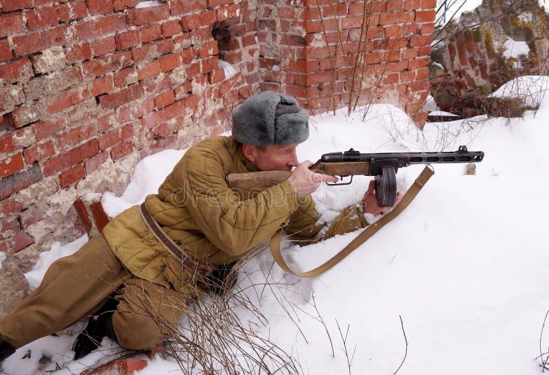 Combattente dell'Armata Rossa con la mitragliatrice in rovine di Stalingrad fotografia stock libera da diritti