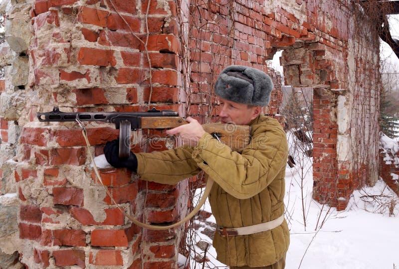 Combattente dell'Armata Rossa con la mitragliatrice in rovine di Stalingrad immagini stock libere da diritti