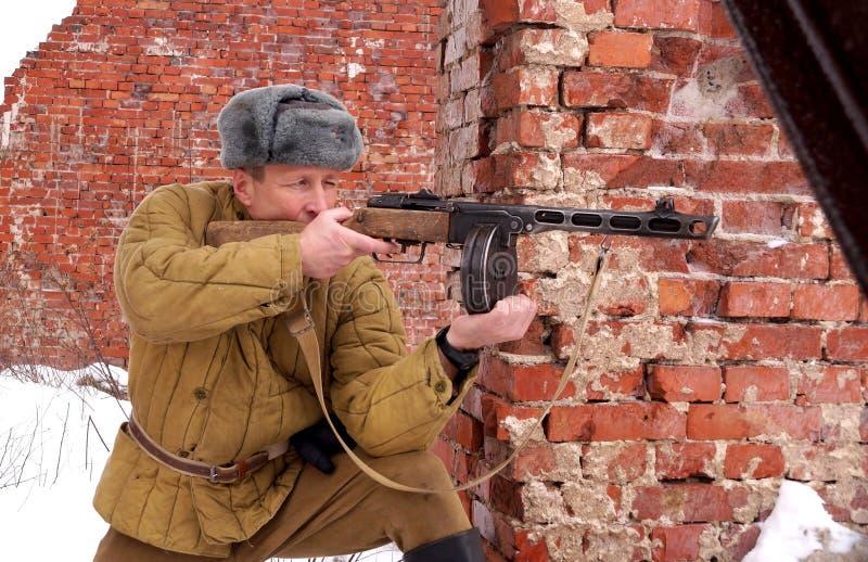 Combattente dell'Armata Rossa con la mitragliatrice in rovine di Stalingrad immagine stock