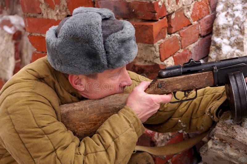 Combattente dell'Armata Rossa con la mitragliatrice in rovine di Stalingrad fotografia stock