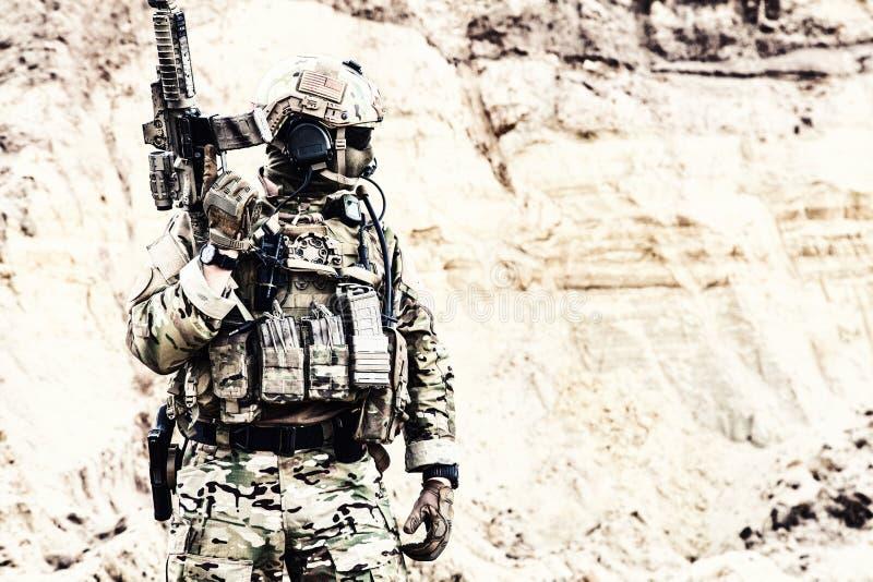 Combattente dell'elite delle forze speciali pronte per la battaglia immagini stock libere da diritti