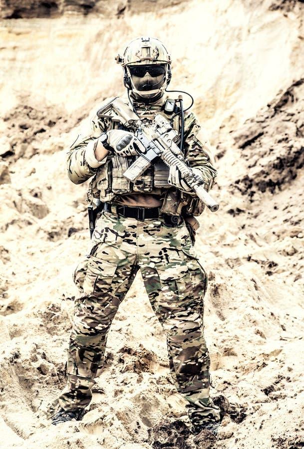 Combattente dell'elite delle forze speciali pronte per la battaglia immagine stock libera da diritti