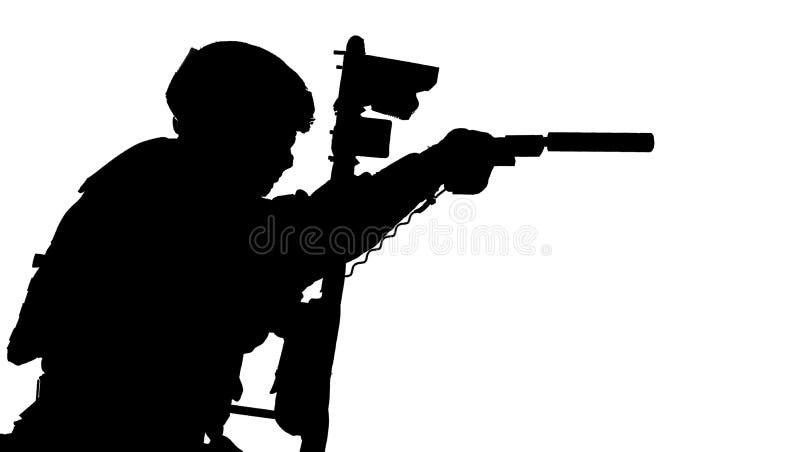 Combattente dello SCHIAFFO che si nasconde dietro lo schermo balistico su bianco fotografie stock libere da diritti