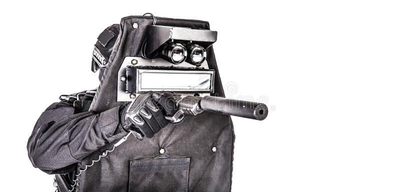 Combattente dello SCHIAFFO che si nasconde dietro lo schermo balistico su bianco fotografia stock