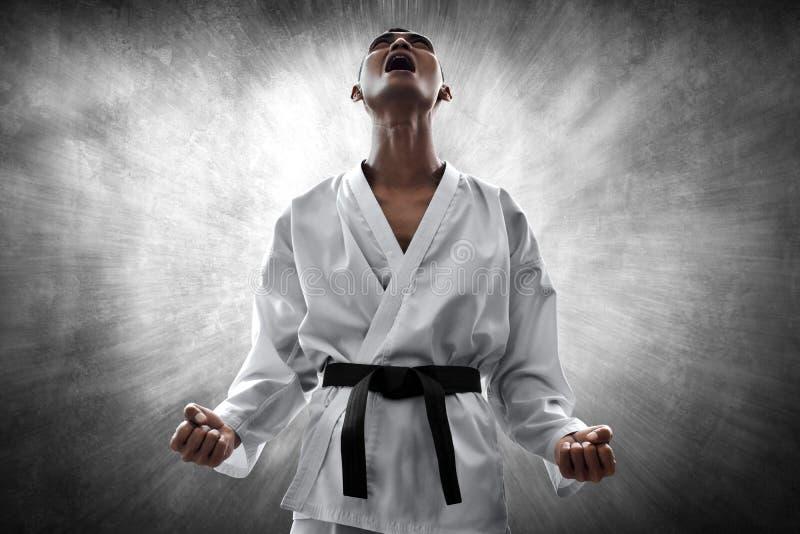 Combattente di arti marziali arrabbiato e che grida immagine stock