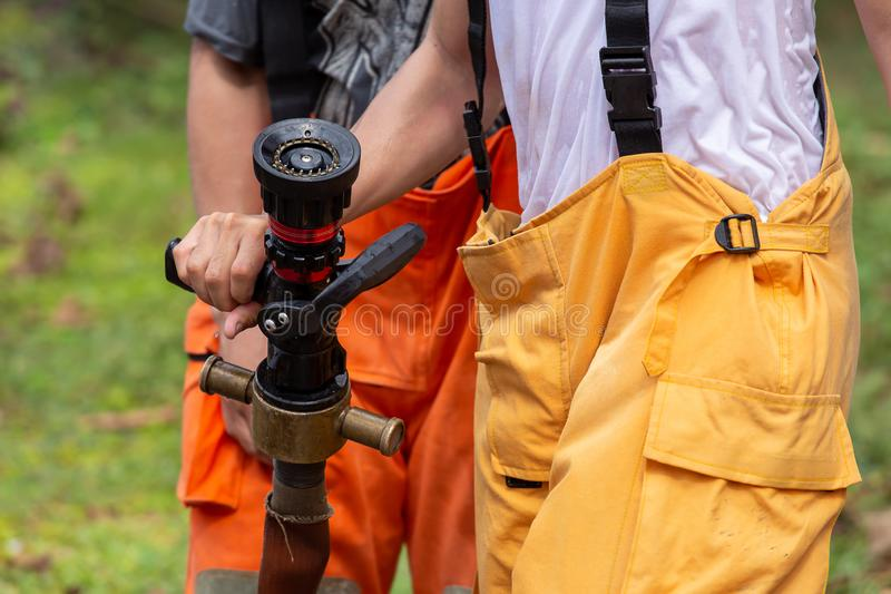 Combattente di fuoco sul lavoro su fuoco fotografia stock