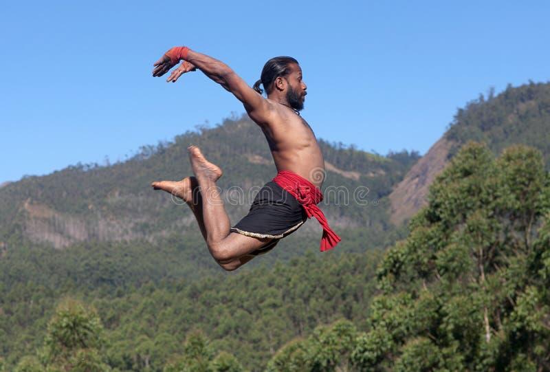 Combattente indiano di kalaripayattu che salta su nel Kerala, India del sud fotografie stock libere da diritti