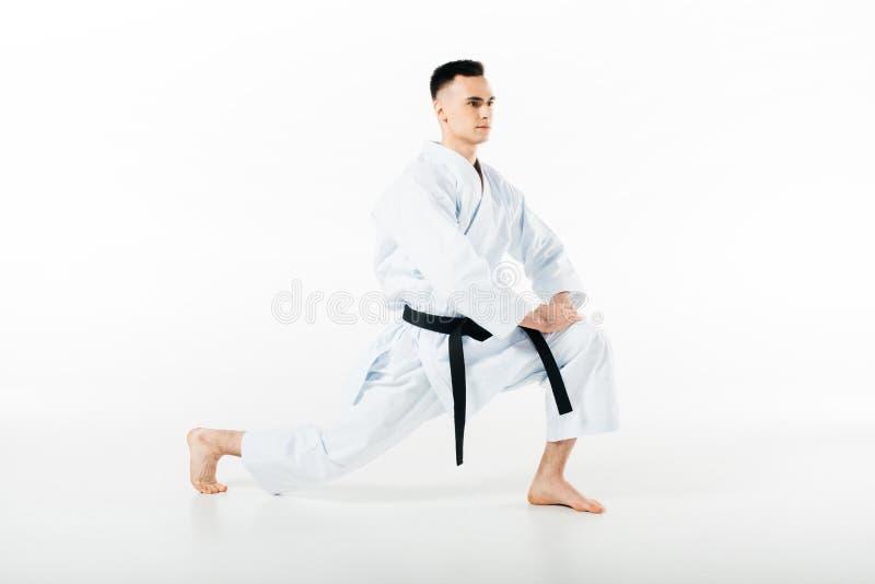 combattente maschio di karatè che allunga le gambe fotografia stock libera da diritti