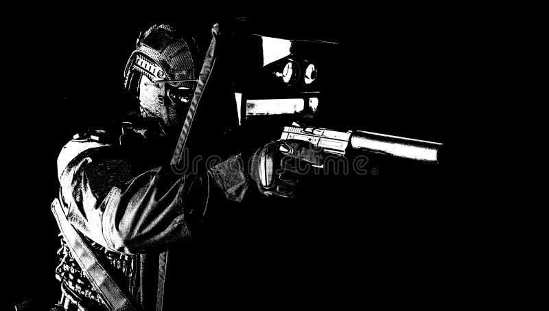 Combattente munito dello SCHIAFFO che si nasconde dietro lo schermo balistico immagini stock libere da diritti