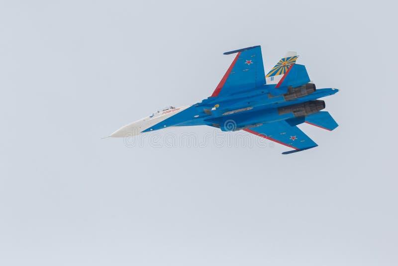 Combattente Sukhoi Su-27 nei cavalieri del Russo del airshow immagine stock libera da diritti