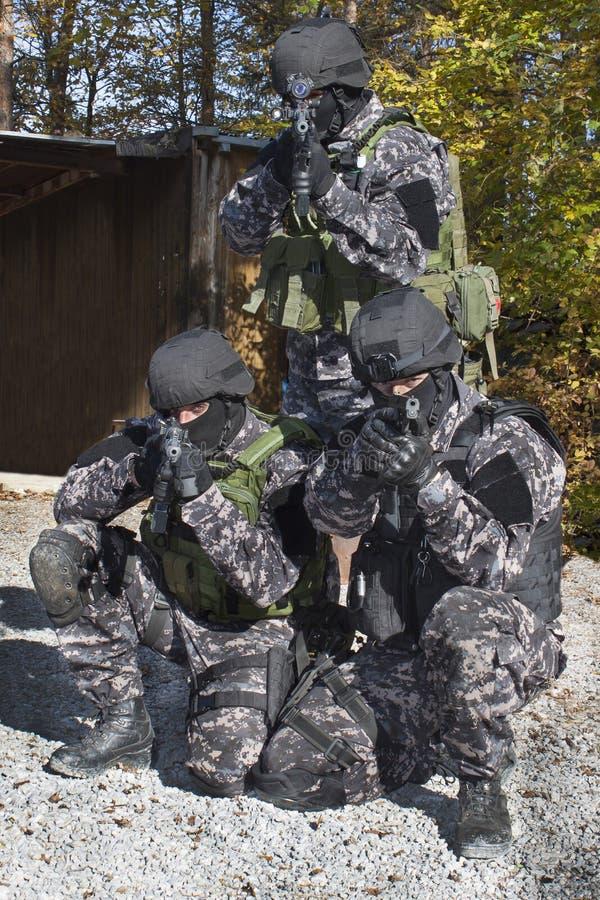 Combatti contro il terrorismo, soldato delle forze speciali, con il fucile di assalto, polizia danno uno schiaffo a fotografia stock