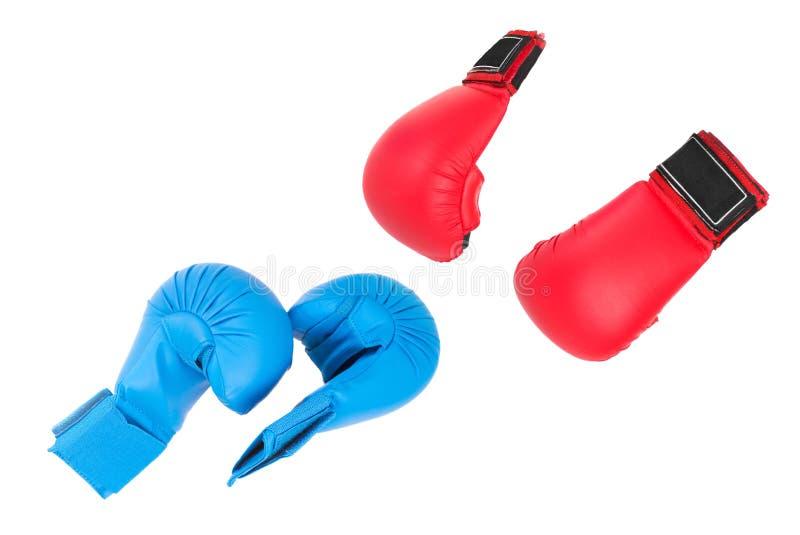 Combatti i guanti, il rosso due blu e due, pronti per la battaglia fotografie stock libere da diritti