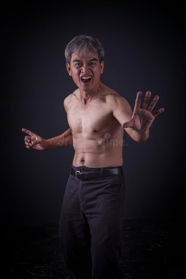 Combattimento cinese sostituto di kungfu dell'uomo asiatico fotografia stock