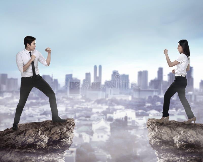 Combattimento dell'uomo e della donna di affari immagini stock
