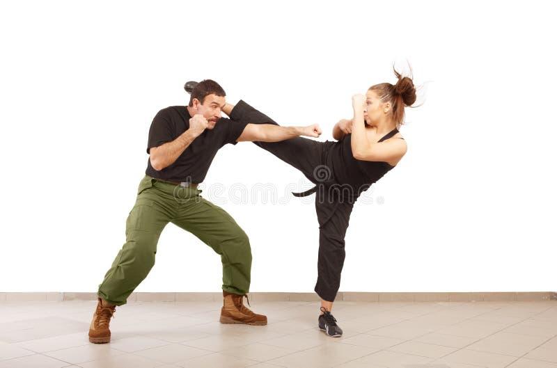 Combattimento della donna e dell'uomo insieme fotografie stock